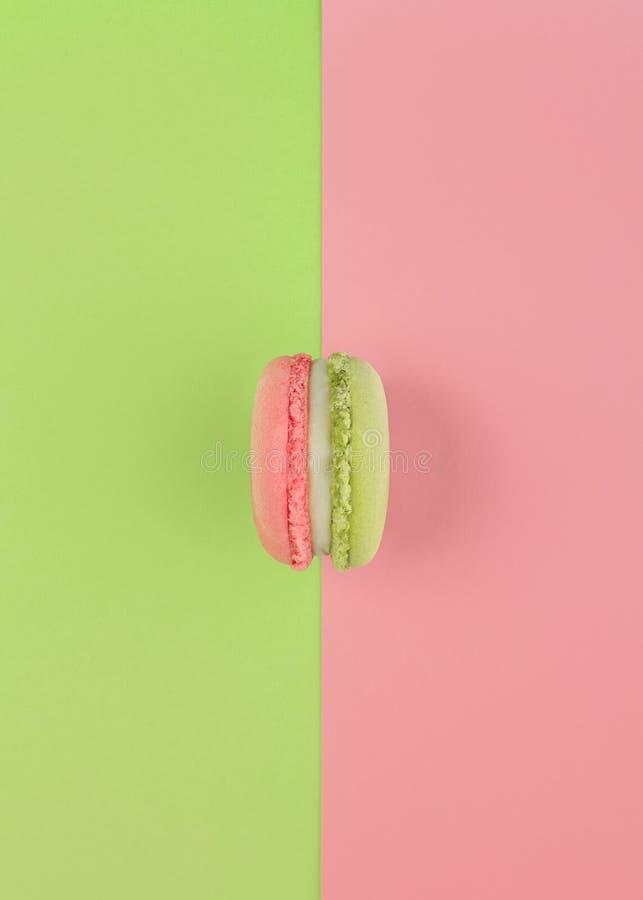 Groene en roze macron op zelfde kleurenachtergrond royalty-vrije stock fotografie
