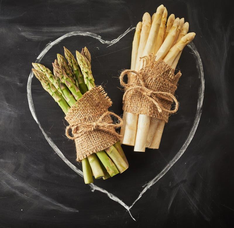Groene en witte asperge op een hand getrokken hart royalty-vrije stock foto