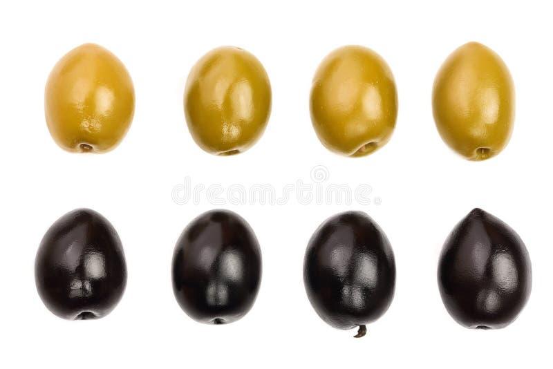Groene en zwarte die olijven op een witte achtergrond worden geïsoleerd Hoogste mening Vlak leg Reeks of inzameling royalty-vrije stock fotografie