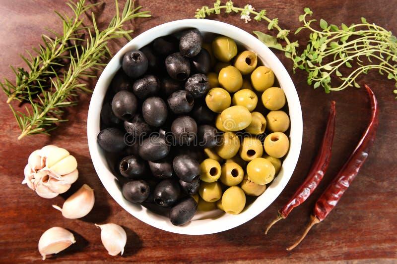 Groene en zwarte olijven in witte komingrediënten voor pizza royalty-vrije stock afbeelding