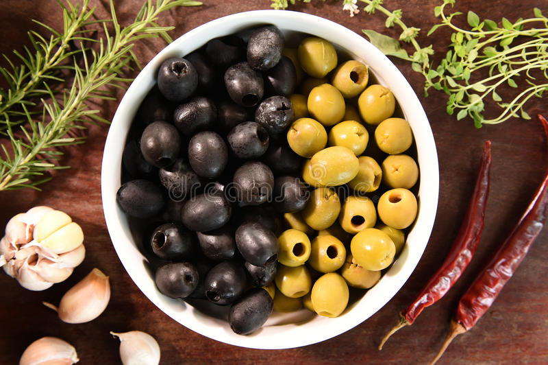 Groene en zwarte olijven in witte komingrediënten voor pizza royalty-vrije stock foto
