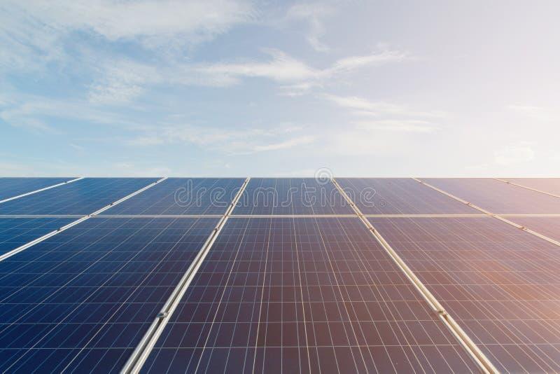 Groene energie met zonnepanelen openlucht als alternatieve macht in r royalty-vrije stock foto's