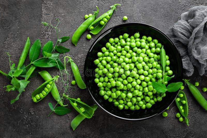 Groene erwten met peulen en bladeren royalty-vrije stock foto's