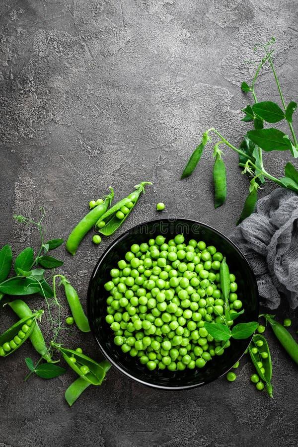 Groene erwten met peulen en bladeren royalty-vrije stock foto