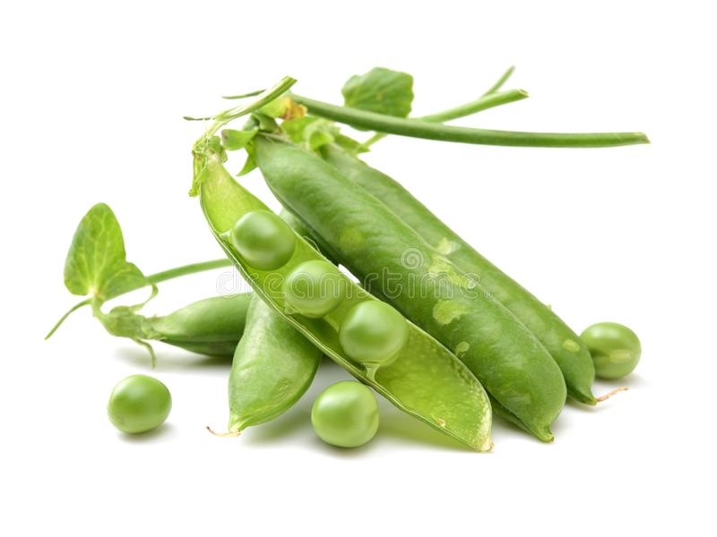 Groene erwten op close-ups witte als achtergrond stock foto's