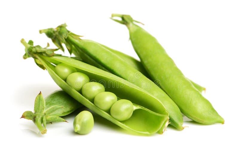 Groene erwten op close-ups witte als achtergrond royalty-vrije stock afbeelding