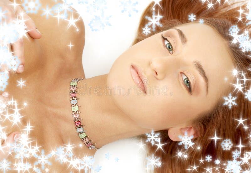Groene eyed roodharige in kraag met sneeuwvlokken royalty-vrije stock fotografie