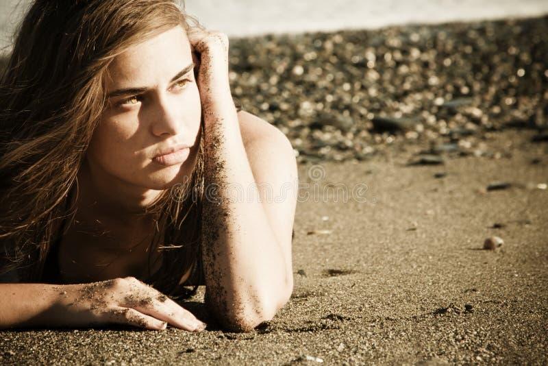Groene eyed schoonheid op het strand stock afbeeldingen