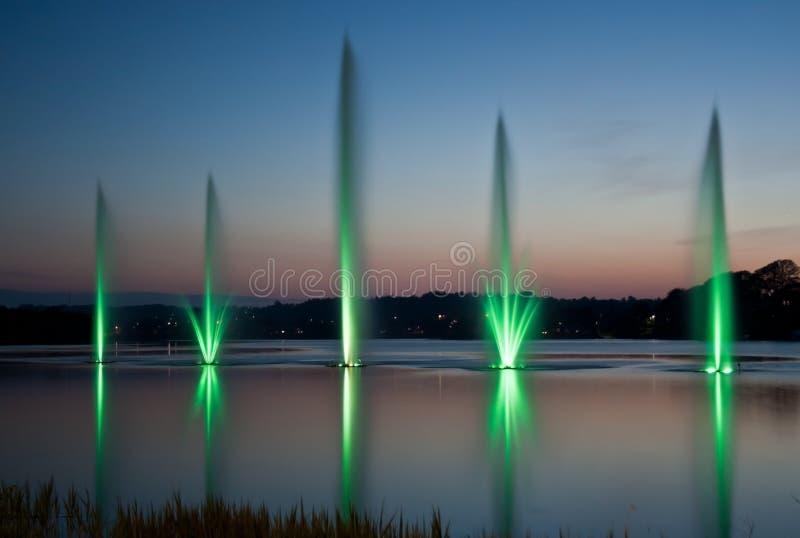 Groene fontein en zonsondergang royalty-vrije stock fotografie