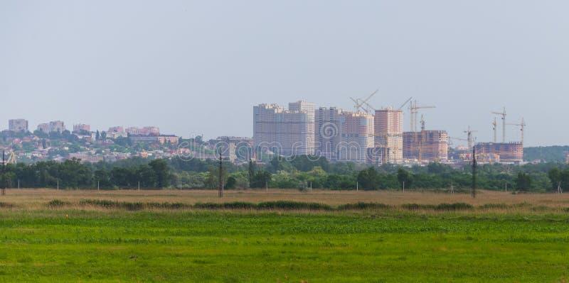Groene gebied en Rostov op Don stad op horizon royalty-vrije stock foto's