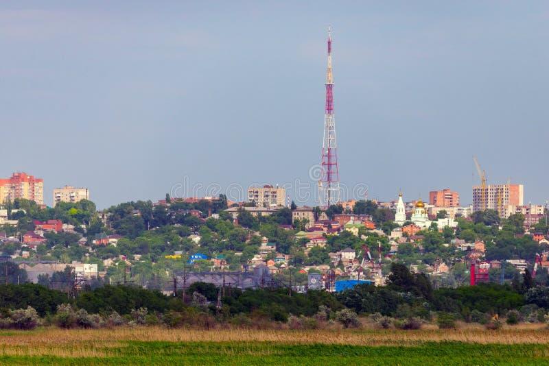 Groene gebied en Rostov op Don stad op horizon stock afbeelding
