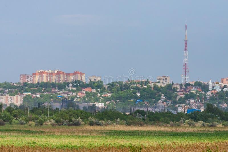 Groene gebied en Rostov op Don stad op horizon stock afbeeldingen