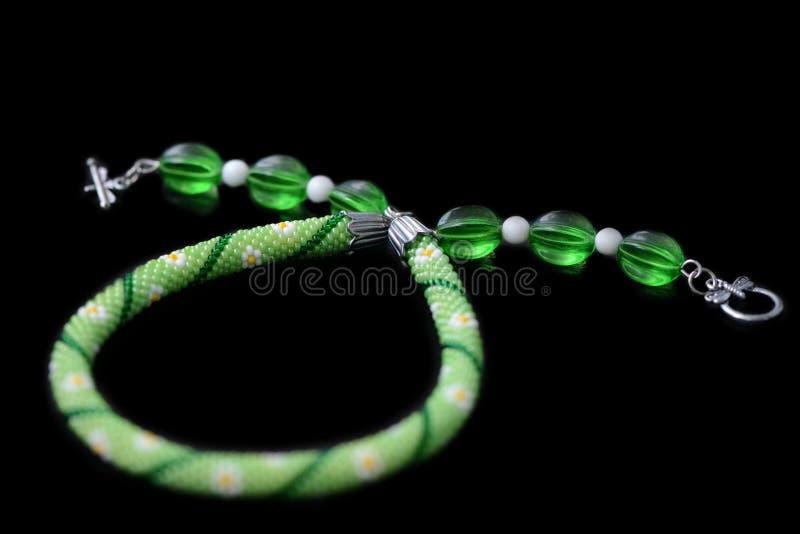 Groene geparelde die halsband met bloemdruk op een zwarte achtergrond wordt geïsoleerd stock fotografie