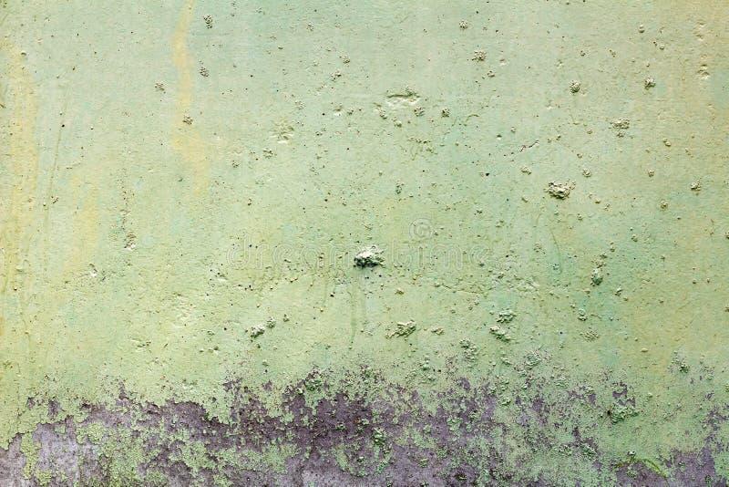 Groene geschilderde concrete muurtextuur met beschadigde en gekraste oppervlakte abstracte achtergrond stock afbeeldingen