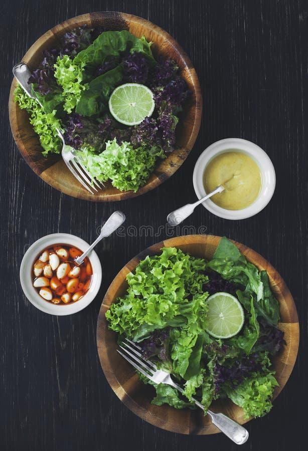 Groene gezonde slasalade met kalk stock afbeeldingen