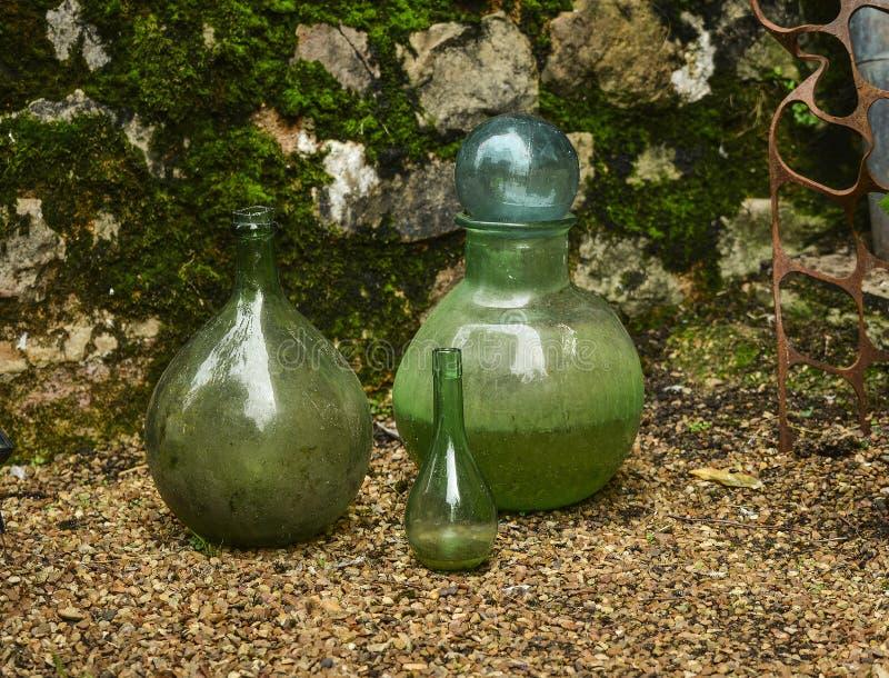 Groene glasbollen op de achtergrond van een steenmuur met een vorm royalty-vrije stock afbeelding