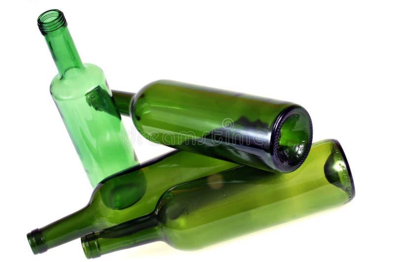 Groene glasflessen op een witte achtergrond stock afbeelding