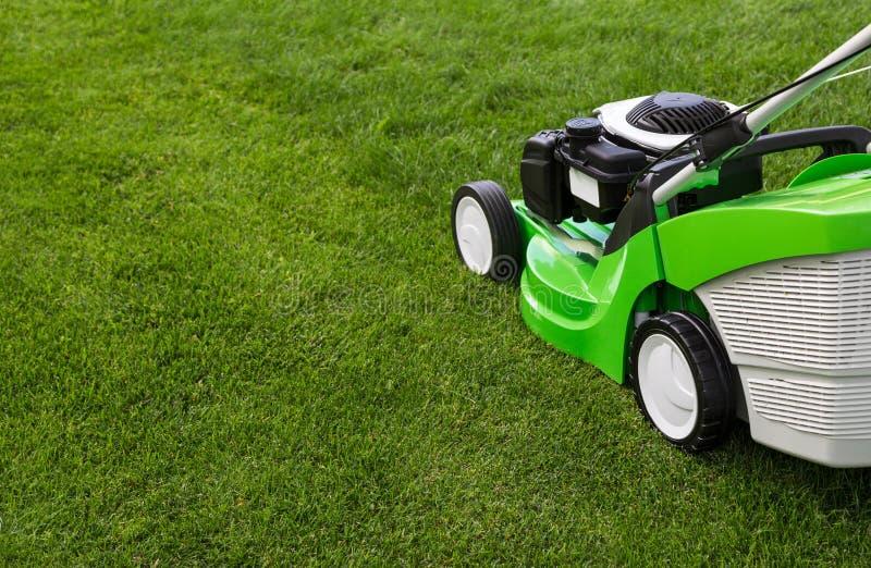 Groene grasmaaier op groen gazon royalty-vrije stock foto's