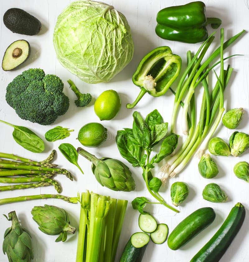 Groene groenten en vruchten op een witte achtergrond Vers organisch gezond voedsel royalty-vrije stock foto
