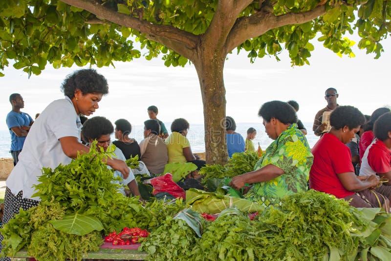Groene groenten op tropische markt stock fotografie