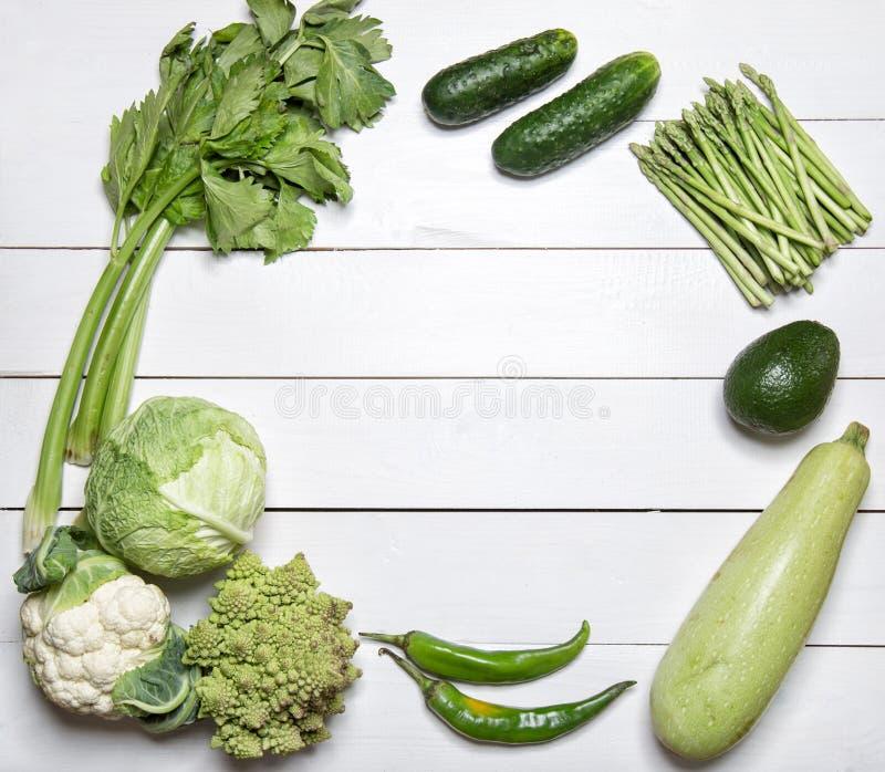 Groene groenten op Witte houten lijst royalty-vrije stock fotografie