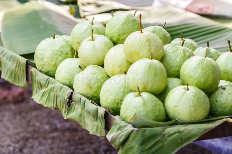 Groene guave op banaanverlof royalty-vrije stock afbeelding