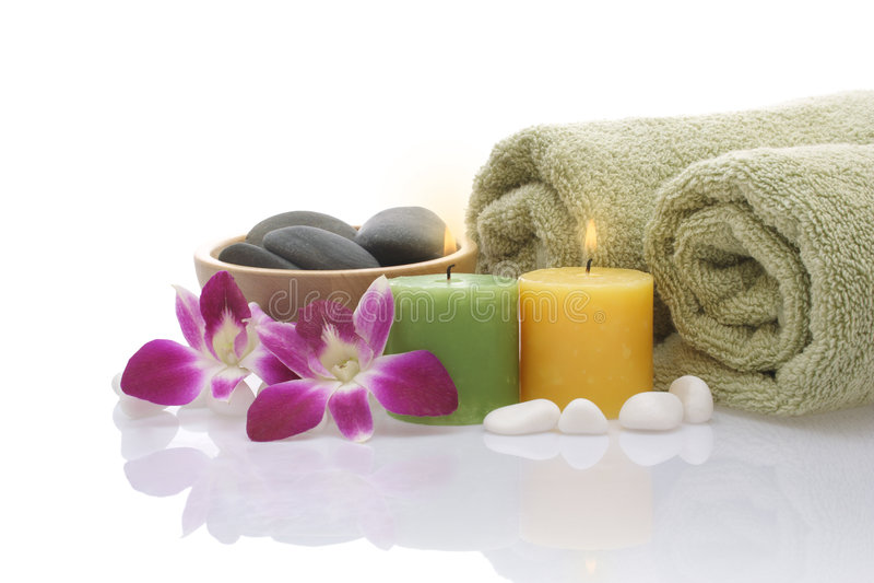 Groene Handdoek, Orchidee, Kaarsen en Kiezelstenen op witte achtergrond stock foto's