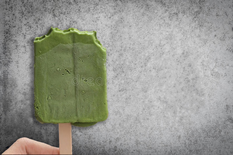 Groene het roomijsstok van theematcha met rustieke muur stock foto