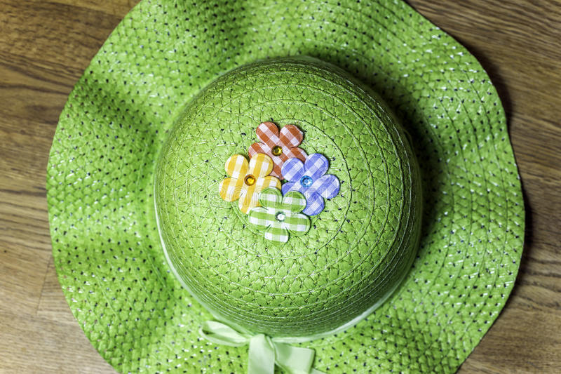 Groene het tuinieren van het land hoed met stoffenbloemen en lint stock foto's
