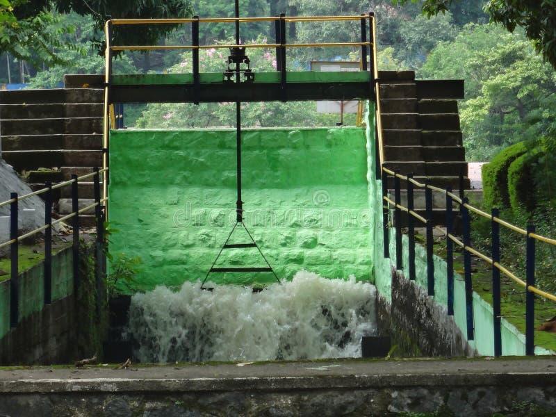 Groene het water van het damblok stock afbeelding