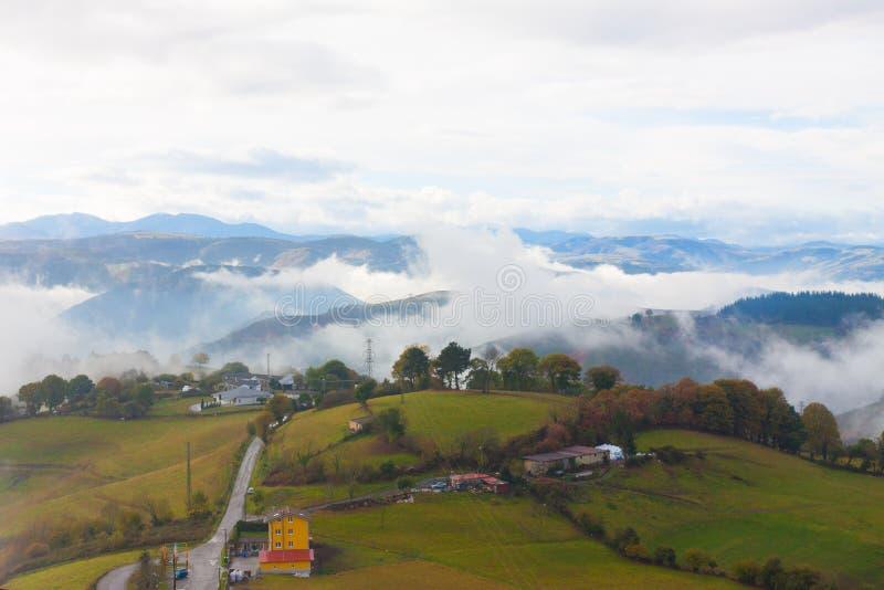 Groene heuvels en bergen in de mist in Tineo, Asturias, Spanje stock foto's
