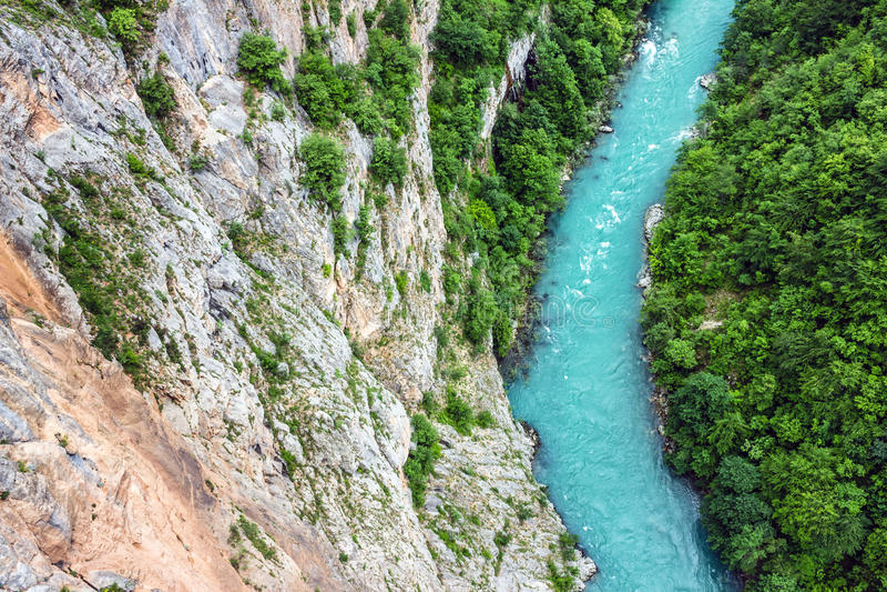 Groene heuvels en bergrivier Natuurlijk landschap, Montenegro royalty-vrije stock afbeelding