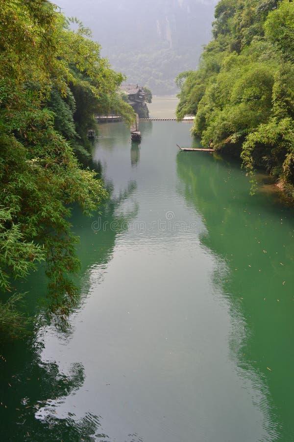 Groene heuvels en groene wateren -- de mooie scène van het land royalty-vrije stock foto