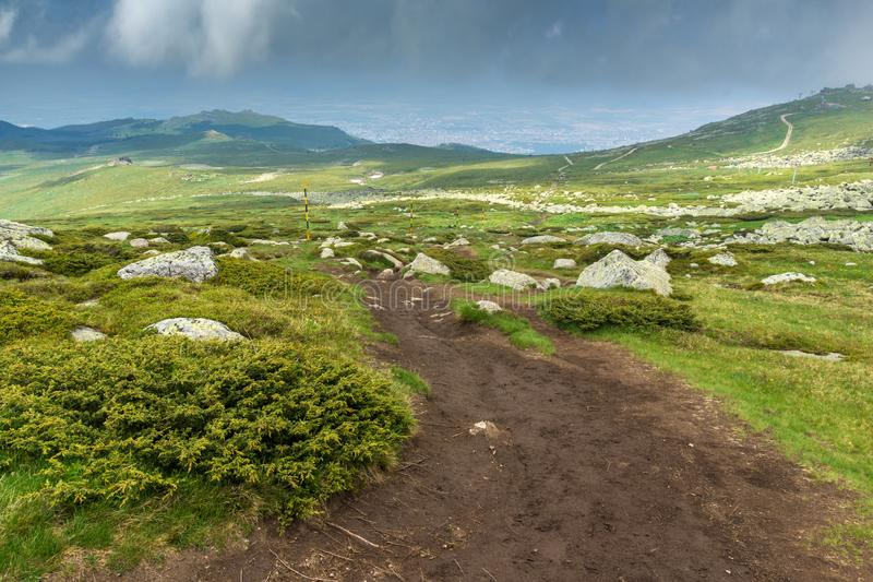 Groene heuvels van Vitosha Berg dichtbij de Piek van Cherni Vrah, Sofia City Region, Bulgarije stock fotografie