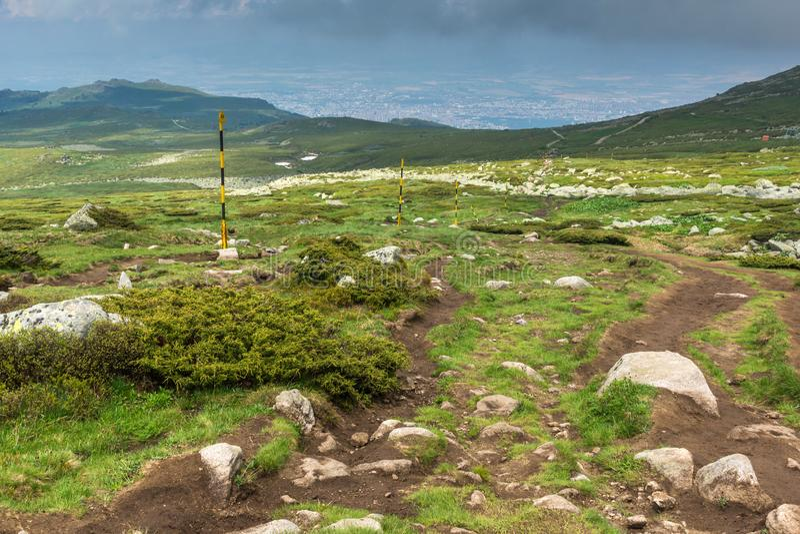 Groene heuvels van Vitosha Berg dichtbij de Piek van Cherni Vrah, Sofia City Region, Bulgarije royalty-vrije stock fotografie