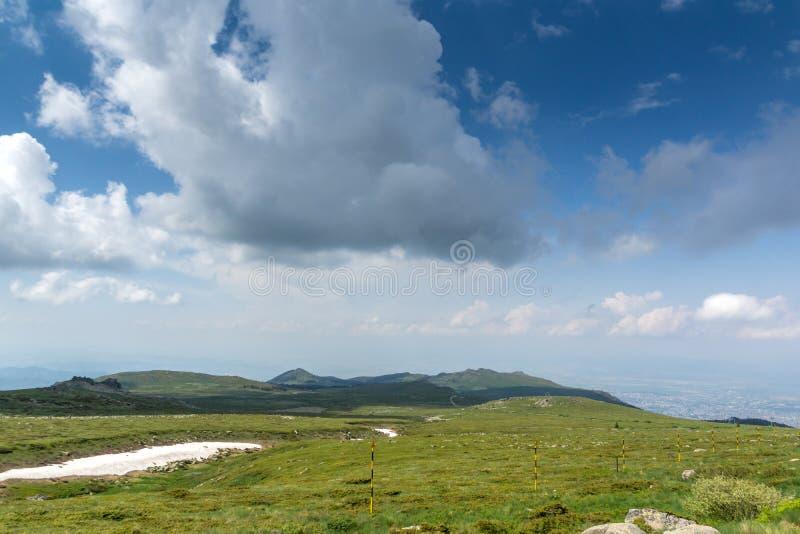 Groene heuvels van Vitosha Berg dichtbij de Piek van Cherni Vrah, Sofia City Region, Bulgarije stock afbeelding
