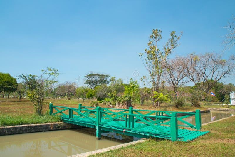 Groene houten brug stock afbeeldingen