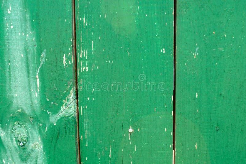 Groene houten langzaam verdwenen planking achtergrond met barsten stock foto's