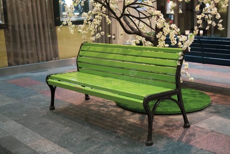 Groene houten stoel in de parkeerplaats in winkelcomplex royalty-vrije stock afbeeldingen