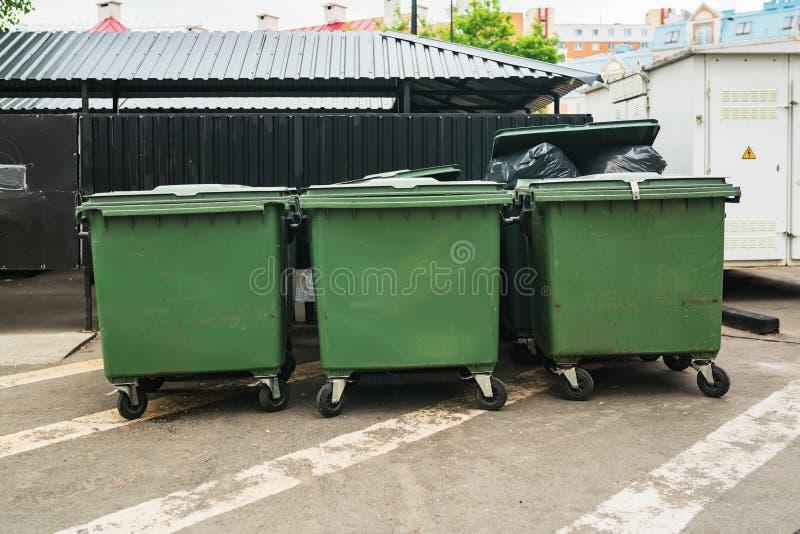 Groene huisvuilcontainers in de stad royalty-vrije stock afbeeldingen