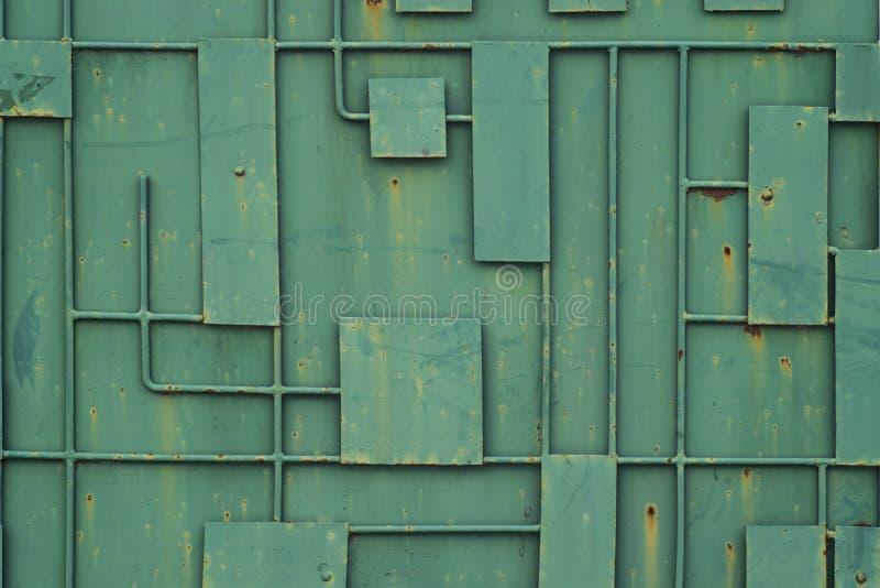 Groene ijzeromheining met een patroon van geometrische lijnen van metaal royalty-vrije stock afbeeldingen