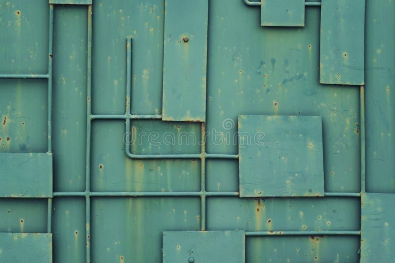 Groene ijzeromheining met een patroon van geometrische lijnen van metaal stock foto's