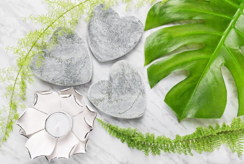 Groene installaties, steenharten en lotusbloemkaars royalty-vrije stock afbeeldingen