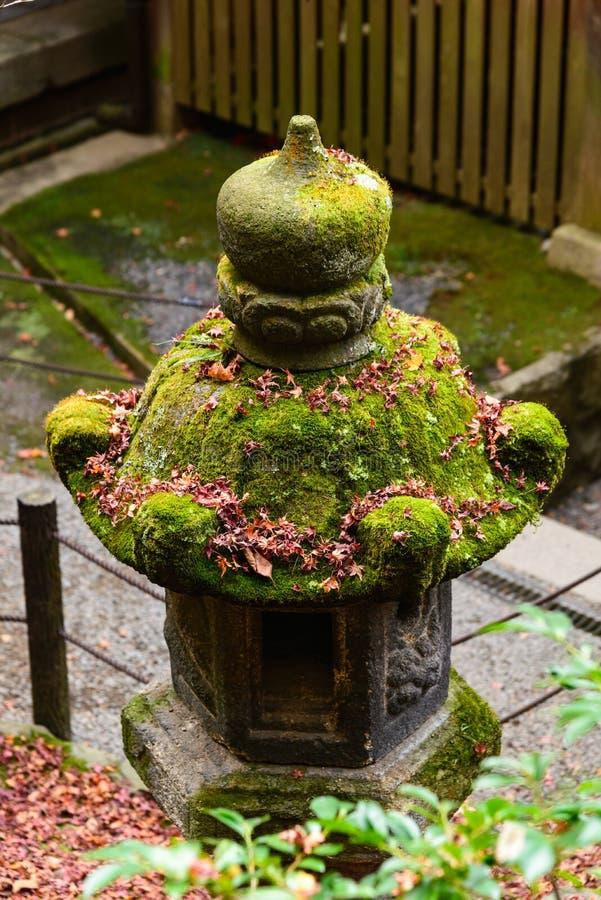 groene Japanse openlucht de steenlantaarn van de mosdekking, in Japanse tem royalty-vrije stock foto's