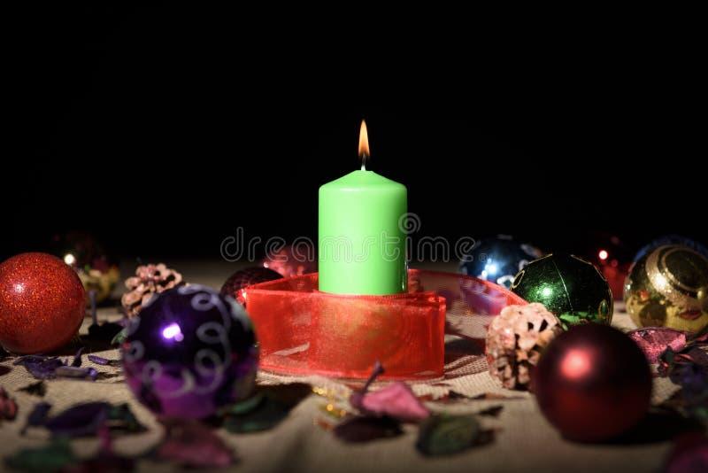 Groene kaars met Kerstmisdecoratie stock afbeelding