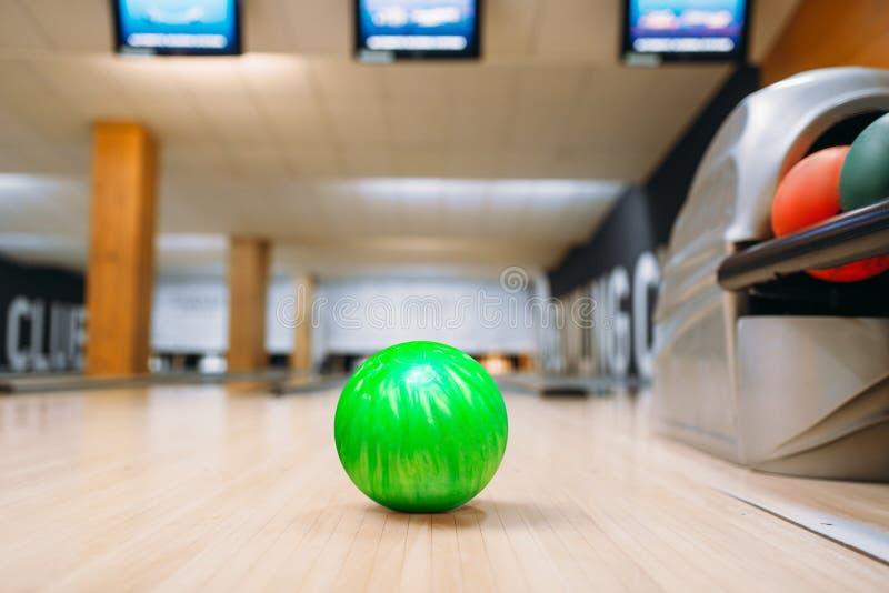 Groene kegelenbal op houten vloer in club royalty-vrije stock afbeelding