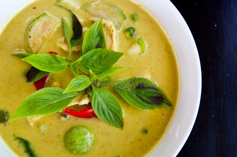 Groene kerriesoep met kip stock afbeelding