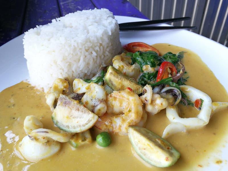 Groene kerriezeevruchten met rijst royalty-vrije stock foto
