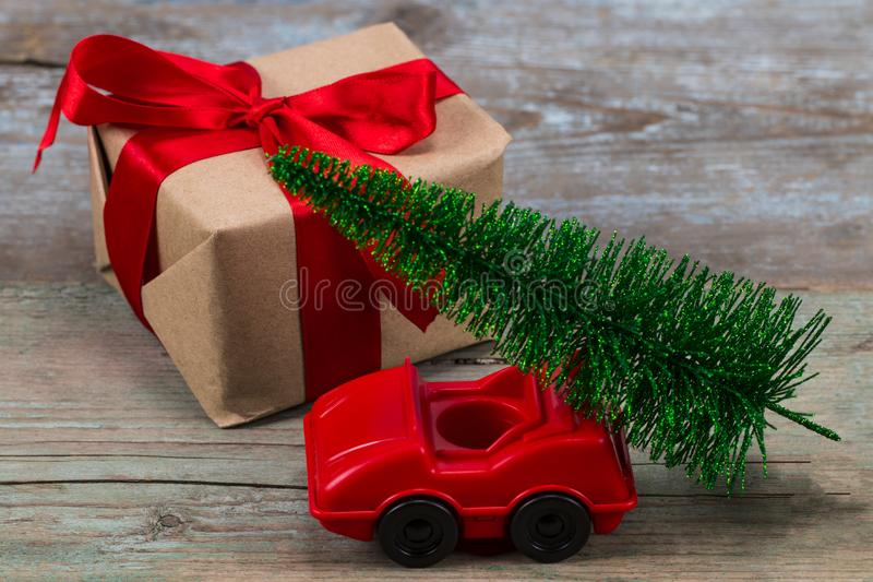 Groene Kerstboom op stuk speelgoed auto en gift Kerstmisvakantie cele stock foto's