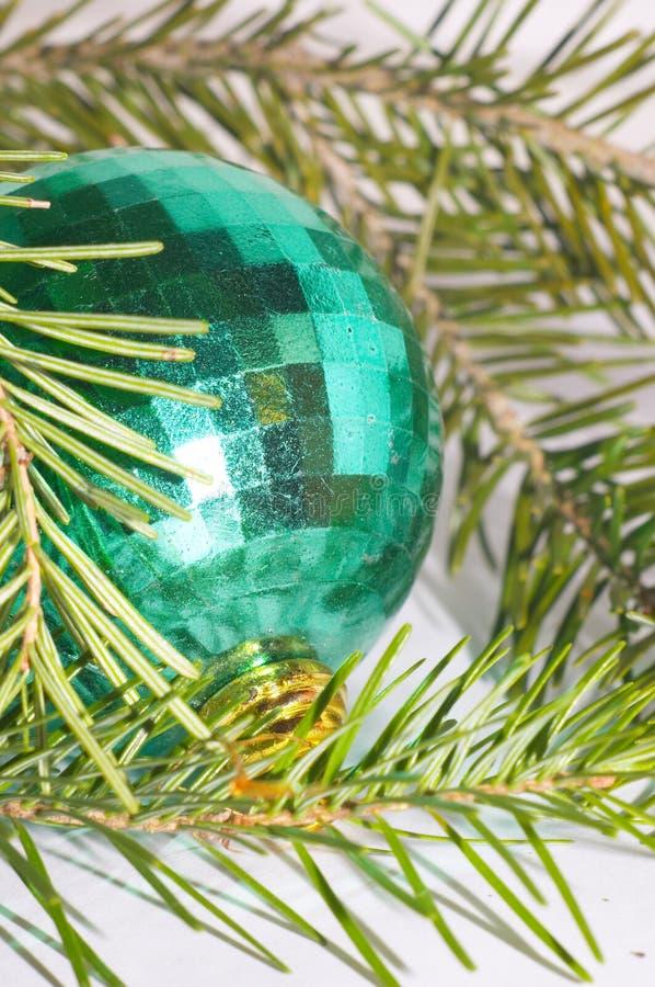 Groene Kerstmisbal royalty-vrije stock afbeelding